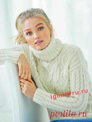 Мягкий белый свитер с арановыми узорами. Вязание спицами со схемами и описанием