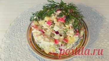 Крабовый салат с яйцами картофелем и зеленым горошком Продукты для приготовления салата• 200 гр. крабовых палочек• 5 небольших картошин• 2 куриных яйца• 1 плавленый сырок (70 гр)• 1 банка зеленого горошка (420 гр)• 1 свежий помидор• 1 красный салатный лу...