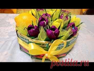 El regalo de los colores-bombones, el limón y el té. ¡La idea excelente para el 8 de marzo! Las flores del papel ondulado
