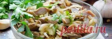 Маринованные куриные желудки с луком и чесноком • Рецепт Очень вкусные и ароматные домашние маринованные куриные желудки с луком и чесноком. Эта восхитительная закуска, приготовленная с зеленью, соевым соусом и уксусом украсит любой праздничный стол.