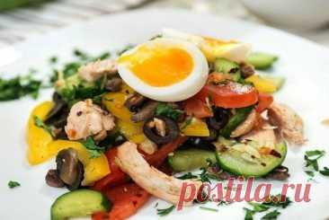 Яркий и оригинальный весенний салат из свежих овощей с курицей и грибами