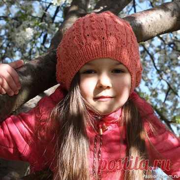 Берет, выполненный узором «Лоза и листья». МК   Вязание спицами для детей