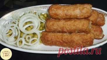 Готовим вкуснейшее молдавское блюдо по всем правилам.🥘🥣  Мититеи Это блюдо молдавской кухни. Очень часто они готовятся на гратаре (решетке) как люля-кебаб, а в зимнее время, конечно же в казане или толстостенной кастрюле. Попробуйте, это вкусно! ИНГРЕДИЕНТЫ 700 г свинины 300 г говядины 1 луковица 200 мл минеральной газированной воды 100 мл мясного бульона 1,5–2 ст. л. крахмала 5 зубчиков чеснока 1 ч. л. сухого тимьяна (чабреца) щепотка соды 2–3 лавровых листа соль и молотый пе