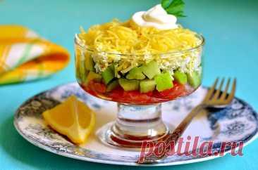 Праздничный салат с соленой рыбой и авокадо под сыром | ГОРНИЦА Праздничный салат с соленой рыбой и авокадо под сыром. Изумительно вкусный салат. Он настолько хорош, что его можно подать в виде подарка.