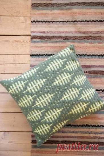 Подушка крючком с жаккардовым узором ЛИСТЬЯ Для вязания такой подушки, вернее чехла для подушки крючком вам потребуется: пряжа двух цветов - темно-зеленая и светло-зеленая также подойдут любые другие