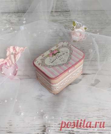Шкатулка для свадебных колец – купить на Ярмарке Мастеров – OZIIGRU | Шкатулки, Москва Шкатулка для свадебных колец. в интернет-магазине на Ярмарке Мастеров. Шкатулка для свадебных колец, позволит Вам красиво преподнести обручальные кольца на свадебной церемонии. Шкатулка выполнена в нежно розовом цвете. Внутренняя часть шкатулки обшита искусственной замшей и имеет держатели на 2 кольца.