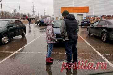 К мужу возле магазина подошла плачущая девочка. Но он принял единственно верное решение: сделал шаг назад и вызвал полицию | Посад | Яндекс Дзен