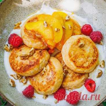 Сырнички с рикоттой, персиками и медом.