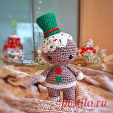 PDF Пряня крючком. FREE crochet pattern; Аmigurumi doll patterns. Амигуруми схемы и описания на русском. Вязаные игрушки и поделки своими руками #amimore - пряничный человечек, кукла, маленький пупс, куколка, Рождество, Новый год, печенье, печенька.