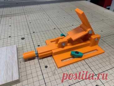 Нестандартный зажим для станка ЧПУ Этот зажим мастер сделал для своего станка ЧПУ. Зажим удобен при обработке нескольких одинаковых заготовок. Зажим можно выставить в одном положении и затем только менять заготовки. Замена заготовки с таким зажимом занимает считанные секунды. Инструменты и материалы:-3D-принтер;-Винты и гайки; Шаг