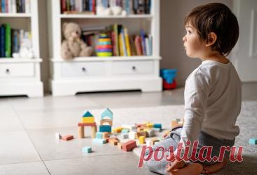 «Посиди тут, я скоро вернусь!». Как и когда можно оставлять ребёнка дома одного? | Мел | Яндекс Дзен