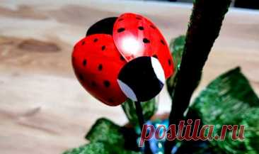 Идея для украшения сада из пластиковых ложек