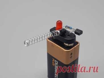 Бесконтактный индикатор напряжения В прошлой статье мастер рассказал нам «Как сделать инфракрасный датчик приближения», в этой статье он расскажет нам как сделать простой индикатор переменного тока. В этой схеме антенна (пружина) подключена к базе первого транзистора. Когда она рядом с объектом, который находится под напряжением,