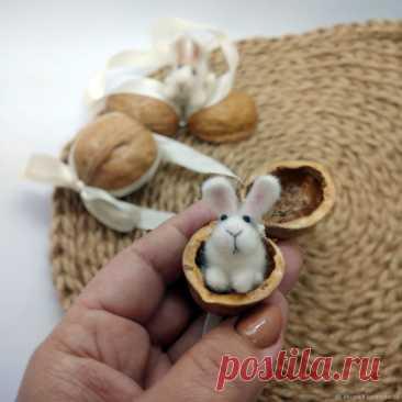 Войлочная миниатюра: Зайка - сюрприз в скорлупе грецкого ореха – купить онлайн на Ярмарке Мастеров – NOP9ERU | Войлочная игрушка, Долгопрудный Войлочная миниатюра: Зайка - сюрприз в скорлупе грецкого ореха. в интернет-магазине на Ярмарке Мастеров. Милый подарок, который вы можете сделать своим близким на Пасху, Рождество или просто так. Это обязательно вызовет улыбку на лицах ваших друзей.  Эмоции - это лучшее, что мы можем дать нашим друзьям и семье. Материал рано или поз...
