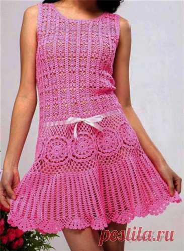 Платье для девочки крючком Вяжем сами платье для девочки крючком. Такое красивое и на первый взгляд простое платье для девочки подростка вяжется интересными ажурными узорами и имеет вставки из цветочных мотивов. С подборкой схем вязания