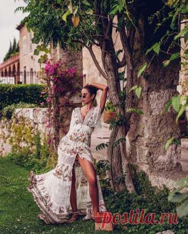 Как носить длинные летние платья В новом сезоне в моде женственные и seksуальные длинные летние платья. Дизайнеры предлагают носить кружевные платья, плиссированные, не бояться носить блестящие материалы и предпочитать белый цвет. Ит...
