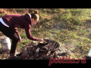 Рецепт 18 века: КУНДЮБКИ и ЧИПСЫ в печи. Таня готовит на солнечном участке у художника в деревне.