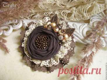 «Купить или заказать 'Либерика' брошь бохо коричневая кофейная цветок в интернет-магазине на Ярмарке Мастеров. Либерика - красивая и стильная брошь цветок в стиле бохо. Цветочная коллекция бохо брошей пополнилась новым экземпляром в шоколадно-кофейных тонах. Неброская, но выразительная, эта брошь выполнена из батиста, украшена хлопковым кружевом и расшита бисером. Для этой брошки я использовала натуральные камни: бусины тигрового глаза, яшму, говлит, сахарный кварц, пресно...