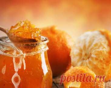 Рецепт ароматного варенья из мандаринов Ингредиенты: 1 кг мандаринов 1 крупный апельсин 1 кг сахара 1 ст. воды 2 ч. ложки молотого имбиря 1 пакетик ванилина. Приготовление: 1. Очистите мандарины от кожуры и разделите на отдельные дольки. Точно так же следует поступить с апельсином. 2. Уложите фрукты в общую емкость и залейте стаканом воды. 3. Через 8 часов поставьте заготовку на медленный огонь и добавьте