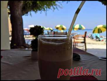 """Делюсь рецептом охлаждающего греческого кофе """"Фраппе"""" - Ваши любимые рецепты - медиаплатформа МирТесен Не нужен ни чайник, ни кофеварка. Потому что это - единственный случай, когда кофе я использую растворимый. И это - холодный кофе, даже больше - ледяной! Напиток простейший и отлично освежает в жару. Показываю, как приготовить его за 1 минуту практически в любом месте. Главное, чтобы у вас были 2"""