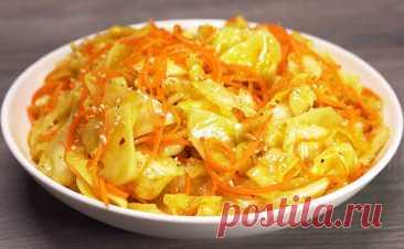 Обычно по-корейски делают морковь, но рецепт подходит и для капусты: овощ моментально превращается в деликатес. Готовим - Steak Lovers - медиаплатформа МирТесен Чаще всего по-корейски делают морковь, но этот же рецепт подходит и для капусты. Получается даже вкуснее: простой овощ благодаря специям и кипящему масло превращается в деликатес на столе. Ингредиенты: 600 граммов капусты (берите молодую, хрустящую капусту), 1 морковь, 2 зубчика чеснока, 4 столовые