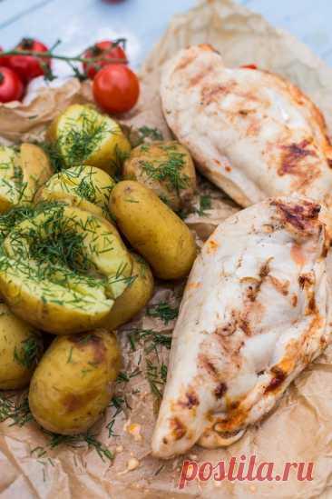 Фаршированные куриные грудки на гриле Ингредиенты:Куриное филе — 4 шт.Болгарский перец — 3–4 шт.Чеддер — 4 ломтикаМоцарелла — 4 ломтикаКетчуп — 4 ст. л. + для подачиСоль, пряности — по вкусуОливковое масло — 4 ст. л.Запеченный картофель — для...