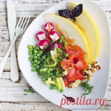 Кулинарные рецепты - Копченый лосось с медовой дыней и горошком - с фото и видео инструкцией на сайте Bonduelle.ru