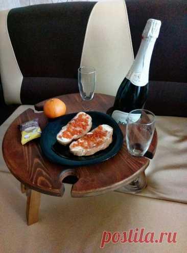 Столик для вина и закусок - идеальный способ устроить романтический завтрак в постель или шикарный пикник с друзьями на природе! #столикдляноутбука #столикдлязавтракавпостель#столиквпостель #столикдлязавтрака#назаказ #ручнаяработа #handmade#завтраквпостель #кофевпостель#поднос #ручнаяработа #винныйстолик #столикдлявина #оригинальныйподарок #москвасити #тамбов #тверь #тыва #сахалин #саха #якутск #якутия #нерюнгри #карелия #петрозаводск #удмуртия #россия🇷🇺