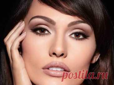 Сохрани для себя. 14 потрясающих идей макияжа для девушек с карими глазами Если вы перепробовали все модные тренды и ищете что-то новое и свежее, то мы мыпокажемнесколько вариантов макияжа для кареглазых девушек,которые идеально дополнят ваш образ.