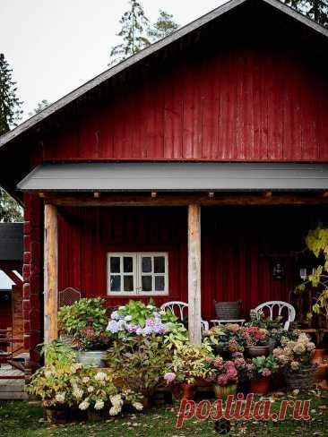 Уютный и стильный деревенский дом дизайнеров в Финляндии Дизайнеры интерьера не всегда выбирают для себя ультрамодные современные интерьеры с множеством оригинальных фишек и решений, как может кому-то показаться. Им не чужды обычные простые жизненные радост...