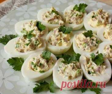 Яйца, фаршированные ветчиной и сыром – лучшая закуска к приходу гостей!