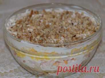 Салат с курицей, грибами и грецким орехом Ингредиенты: -Филе куриное - 150 г -Яйца - 2 шт -Грибы - 100 гр -Лук репчатый - 1 шт -Сыр - 100 г -Чеснок - 2 зубчика -Орехи грецкие - 50 г -Майонез - по вкусу Приготовление: 1.Репчатый лук мелко нарезать. Грибы отварить в подсоленной воде 15 минут. На раскаленной сковороде обжарить на растительном масле грибы с луком. Остудить. 2.Филе отварить до готовности, остудить и мелко нарезать. 3.Яйца отварить и натереть на терке. 4.Чеснок выдавить через пресс.