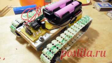 Как сделать гусеничную радиоуправляемую машинку Рассмотрим создание машинки на гусеничном ходу с довольно элементарной конструкцией, собрать которую можно буквально за пару вечеров. Всю конструкцию условно можно разделить на две части – гусеничное шасси и электрическая часть, которая будет обеспечивать дистанционное управление машинкой с пульта.