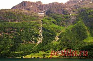 Самые красивые фьорды Норвегии. Нордфьорд. На Нордфьорде есть множество возможностей для занятий альпинизмом, горных походов по ледникам, лыжного спорта и рыбной ловли.... А на острове Селье, расположенном на западе, неподалеку от Нордфьорда, сохранились руины монастыря, построенного монахами-бенедиктианцами в XII веке....