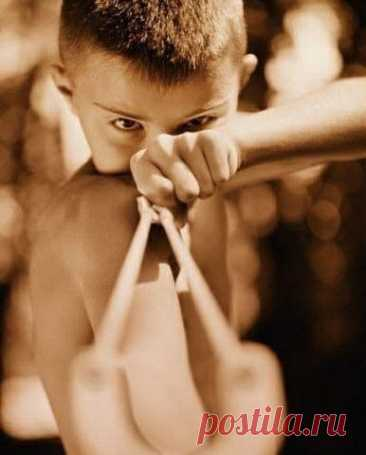 В 1960-х годах владелец одной миланской фирмы, занимающейся застеклением окон, подарил всем мальчишкам в квартале по новой рогатке в честь юбилея компании. Подарок сопровождала его визитка с надписью: «С благодарностью за неизменное сотрудничество».