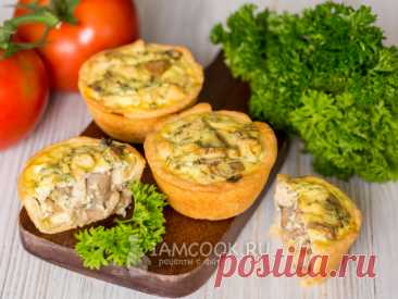 Мини-киш с курицей и грибами — рецепт с фото Отличное решение: закусочный мини-вариант открытых пирогов, которые можно приготовить, например, на вечеринку. Подайте их с овощным салатом.