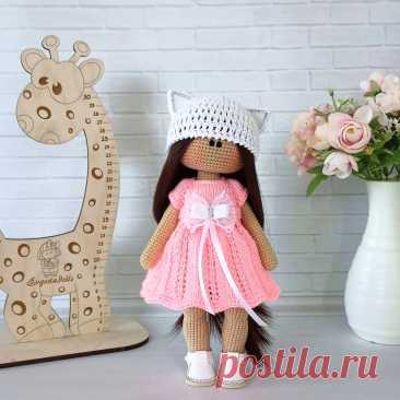 PDF Вязаная Кукла крючком. FREE crochet pattern; Аmigurumi doll patterns. Амигуруми схемы и описания на русском. Вязаные игрушки и поделки своими руками #amimore - большая кукла в платье, куколка в шапочке, девочка.