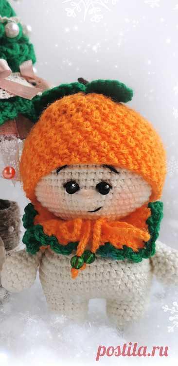 PDF Малыш Мандаринка крючком. FREE crochet pattern; Аmigurumi doll patterns. Амигуруми схемы и описания на русском. Вязаные игрушки и поделки своими руками #amimore - Кукла, маленький пупс, куколка, Рождество, Новый год.