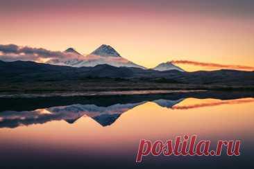 «Три брата» Камчатские вулканы на рассвете. Автор фото – Kopytov Igor: nat-geo.ru/community/user/165112/ Солнечного дня!