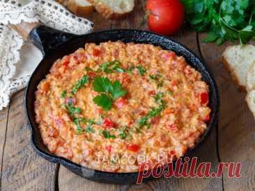 Менемен (турецкая яичница / омлет) — рецепт с фото Готовим вкусную яичницу-омлет по-турецки с овощами. Все просто - овощи обжариваются с томатной пастой, а затем заливаются яичной массой.