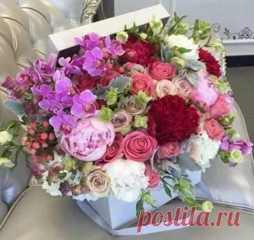 Когда у нас красиво в сердце -  Цветами всё цветёт вокруг  И ширится сияньем круг,  Круг Сердца... Сердца без ключа...  Тихонько там горит свеча...  Открыто Сердце... ....