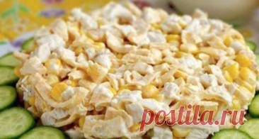 Vkusnenky salatik con la gallina y yaichnymi por los crepes