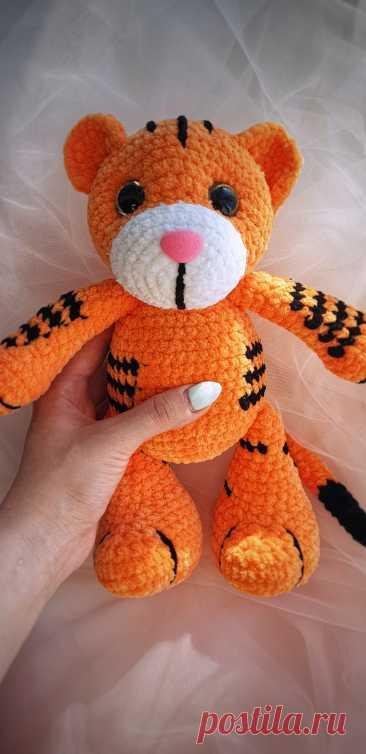 PDF Тигрёнок Тео крючком. FREE crochet pattern; Аmigurumi animal patterns. Амигуруми схемы и описания на русском. Вязаные игрушки и поделки своими руками #amimore - плюшевый тигр, большой тигренок из плюшевой пряжи, котик, кот, кошечка, кошка, котенок.