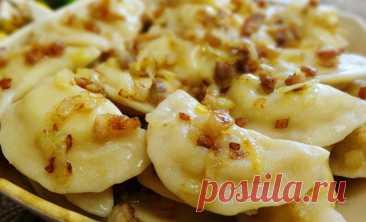 2 ст л сметаны, 1 ст кипятка, 2,5 ст муки и немного масла для самых вкусных в мире вареников с картошкой