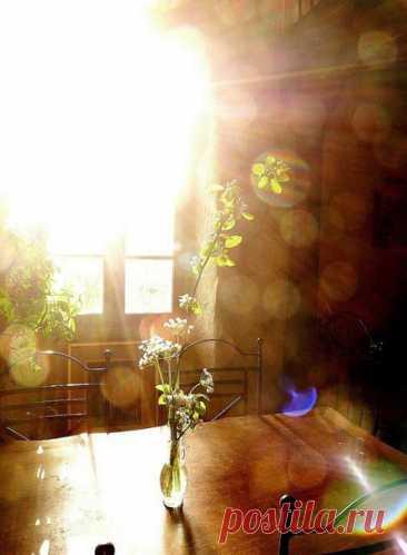 """Я просыпаюсь рано, а солнце уже гуляет в комнате. Благовещение сегодня!..  © Иван Шмелев, """"Благовещение"""""""