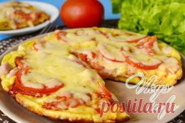 Быстрая пицца на сковороде за 10 минут Начнем приготовление пиццы с теста. Оно по этому рецепту должно получиться жидковатым, похожим по консистенции на сметану. В миску вбиваем яйца, добавляем сметану и майонез, и взбиваем венчиком. Солить не стоит, так как майонез уже соленый. Затем постепенно вводим муку и тщательно