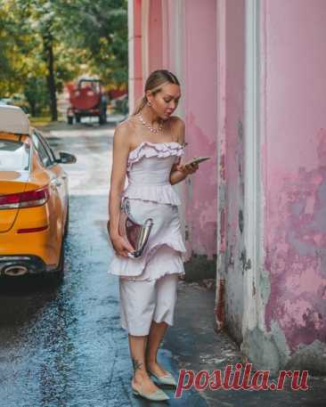 А что, понедельник уже наступил? А мы так хорошо отдыхали 😅 И только роскошное платье Brock Collection x H&M поможет развеять тоску по выходным! 📸: @kate.katkova #HM #brockcollectionxhm #HM