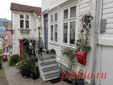 Как норвежцы украшают двери своих жилищ. Один из самых красивых переулков Бергена. Strangebakken | стелла ларсен | Яндекс Дзен