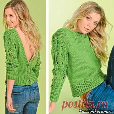 Пуловер с вырезом и застежкой на спине.