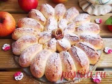 ЯБЛОЧНЫЙ ПИРОГ  Отрывной яблочный пирог получается очень ароматный, красивый, нежный и вкусный. А также обязательно порадует родных и близких!  Ингредиенты:  Тесто: Молоко — 150 мл. Дрожжи быстрорастворимые — 1,5 ч.л. Яйцо — 1 шт. Сметана — 1 ст.л. Сахар — 1,5 ст.л. Соль — 1/2 ч.л. Масло сливочное — 50 гр. Мука — 370 гр.  Начинка: Яблоки — 3 шт. (небольшие) Сахар тростниковый — 40 гр. Корица — ч.л. Растительное масло — для смазки формы  Приготовление:  1. В теплом молоке р...